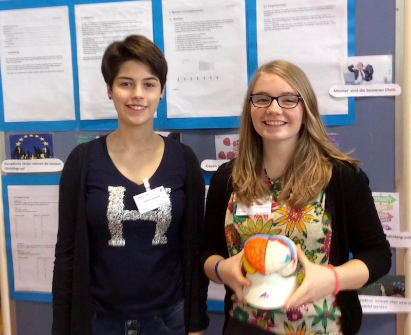 """Hanna und Fenja mit ihrem Projekt """"Kognition unter dem Einfluss bekannter Denkmuster""""."""