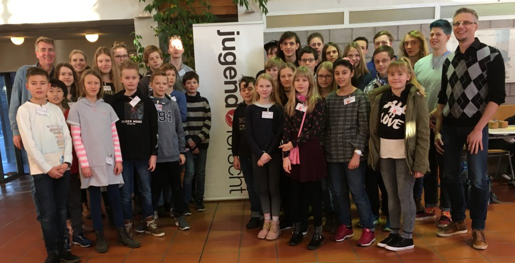 Schülerinnen, Schüler und die Lehrer Frau Bergmann, Herr Husemeyer und Herr Dr. Glade beim Regionalwettbewerb Jugend forscht/Schüler experimentieren 2019 in Emden.